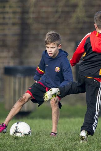 ... которые в это время сыновья Бекхэмов играли в футбол