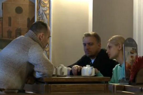Встреча Карины Мишулиной и Эдуарда (слева)