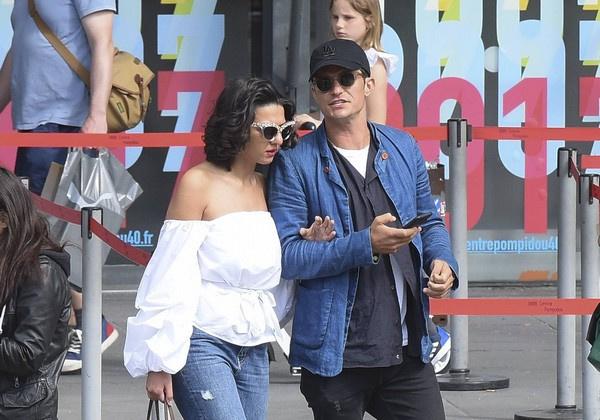 Орландо Блум и его предполагаемая возлюбленная гуляют в Париже