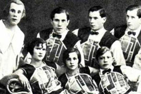 В верхнем ряду первый слева — Борис, второй слева — Виктор.