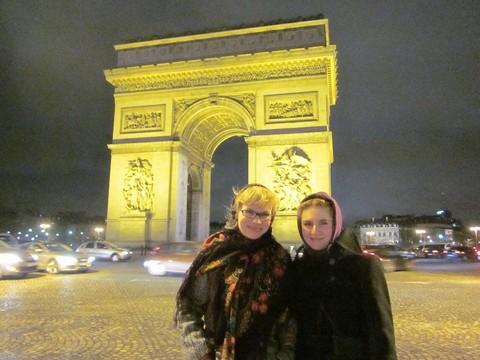 Дарья Карпова (Казань) и Янина Крочек около Триумфальной арки в Париже