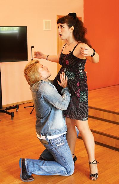 Может показаться, что студентка беременна. На самом деле Николай учит ее дышать животом