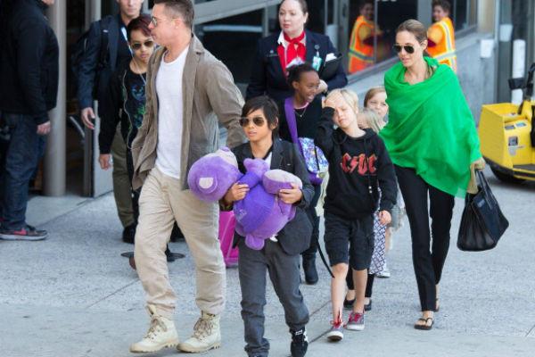 пары шестеро детей. На фото – с Ноксом, Вивьен, Шайло и Паксом