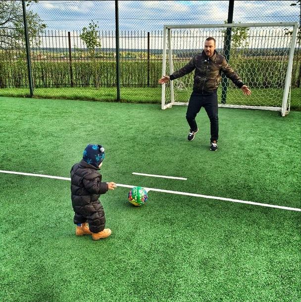 Алексей Чадов с сыном играет в футбол