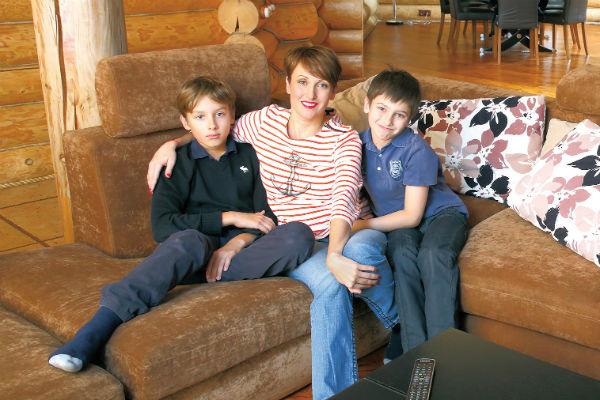 В конце сентября Алексей и Амина отпразднуют 14 лет семейной жизни. На фото супруга музыканта с сыновьями Арсением и Афанасием