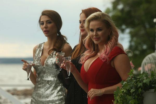По сюжету клипа Анна Семенович и ее подруги приезжают на курорт