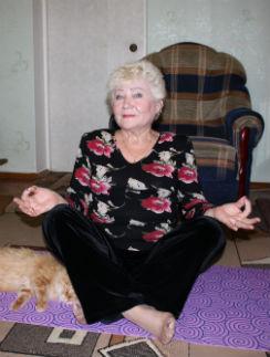 Нина Николаевна и дома продолжает занятия йогой
