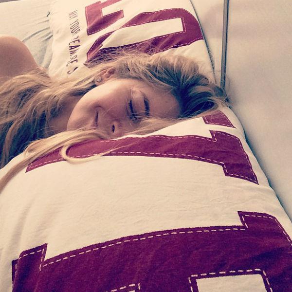 Вера Брежнева наслаждается сном на мягких подушках с надписями