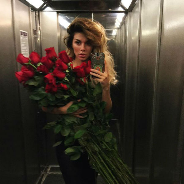 Певица похвасталась роскошным букетом цветов, и тем самым дала повод заговорить о переменах в ее личной жизни