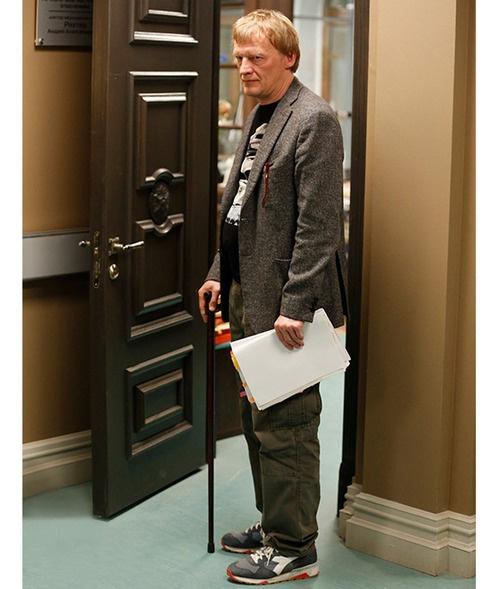 Персонаж Алексея Серебрякова использует трость при ходьбе. Совсем как герой Хью Лори