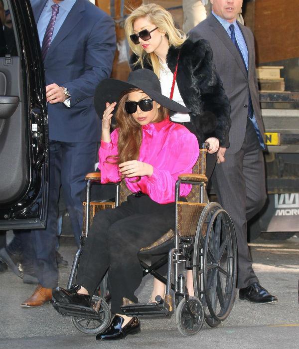 Певица все еще пользуется инвалидным креслом