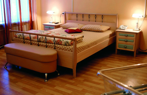 """В роддоме на Фурштатской есть двукомнатные палаты """"люкс"""", в них предусмотрены и кроватки для новорожденных, чтобы не разлучать малыша с мамой"""
