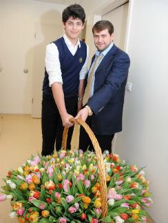 Из роддома Жасмин с Ритой забирали любимые мужчины – Миша и Илан. 13 февраля 2012 года