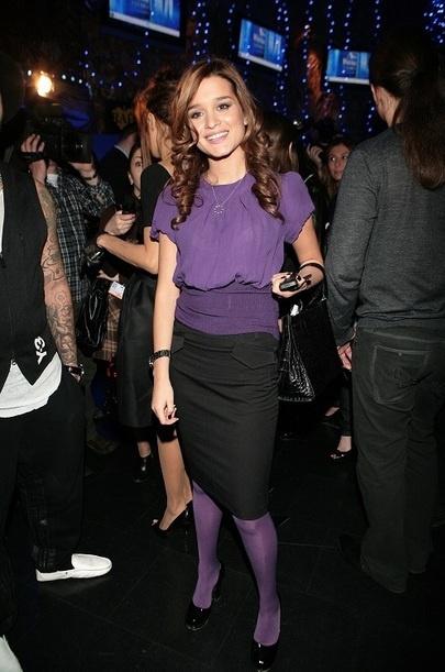 2008 год. Блуза и колготы холодного цвета с лаковыми туфлями - простой и хороший выбор одежды для выхода в свет. Ксения любит шелковые блузки. Хорошо, когда человек знает, какие текстуры и цвет ему подходят.