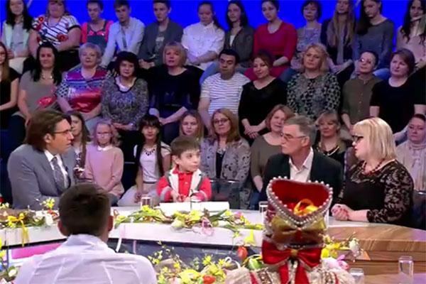 Данил Плужников и его родители в студии программы «Сегодня вечером»