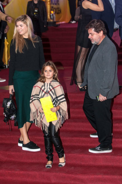 Александр Цекало с семьей на премьере мюзикла «Поющие под дождем»