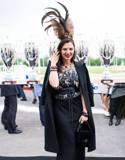 Алиса Толкачева выбрала шляпку с пером