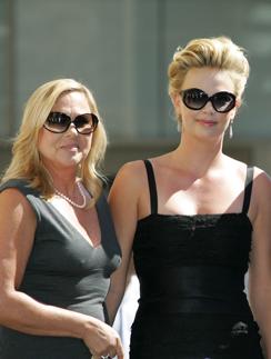 Шарлиз Терон со своей матерью Гердой
