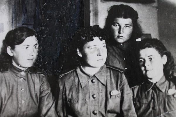 К парадной форме девушки пришивали белые чистые воротнички. Анна Тумайкина на фото в верхнем ряду