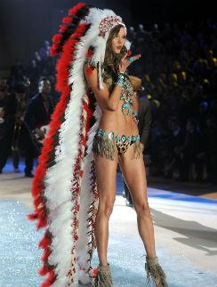 Модель Карли Клосс также принесла извинения индейцам