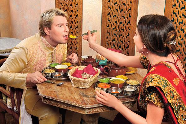 В кафе «Уттупура» паре предложили индийский обед тхали, включающий традиционные блюда, в которых представлены все шесть вкусов: сладкий, острый, соленый, кислый, горький и вяжущий