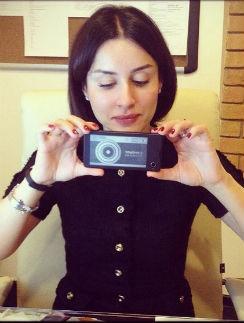Тина тестирует новый смартфон
