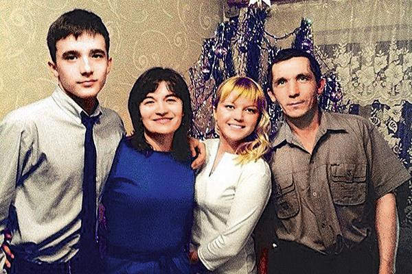 2014 год: счастливая семья Семеновых поздравляет сына – выпускника школы