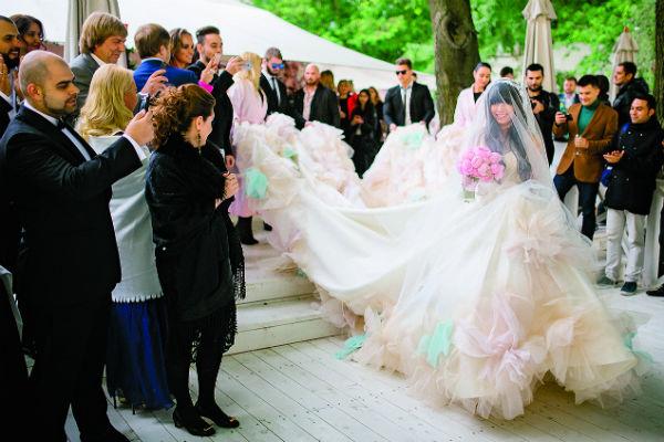 Длинный шлейф платья невесты помогали нести гости