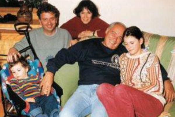 Владимир Познер с дочерью Екатериной (по центру), ее супругом и внуками - Марией и Колей (архив)