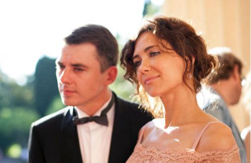 Расставшись с мужем после 13 лет отношений, Катя загрузила себя работой, а Игорь все еще надеется, что их крепкая семья выдержит испытание конфликтом.