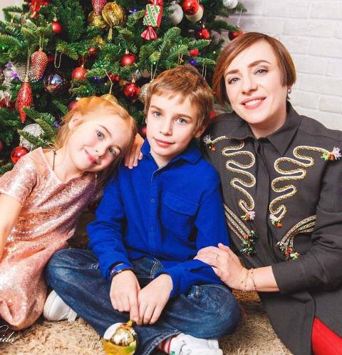 Тутта Ларсен с сыном Лукой и дочкой Марфой