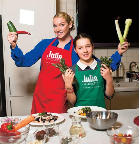 Анастасия Волочкова пытается наладить контакт с дочерью на уроках кулинарии