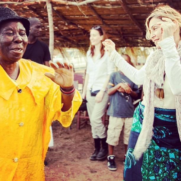 Мадонна радуется вместе с местным жителем, чья внучка впервые пошла в школу