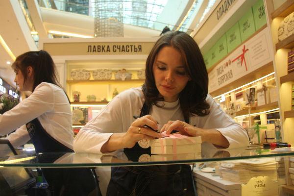 Звезда подписывала открытки для покупателей