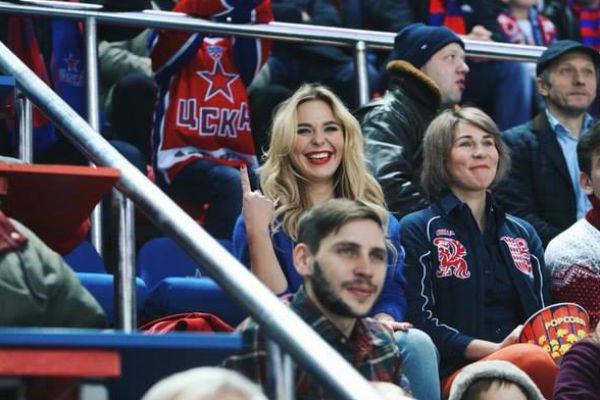 Певица стала посещать хоккейные матчи