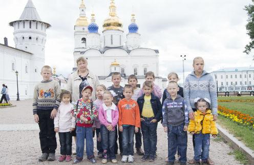 Всем дочерям и сыновьям Лена становится крестной мамой.  На фото с 14 приемными детьми: первый ряд, слева направо: Семен (11 лет), Александра (6 лет), Иван (6 лет), Вильдана (6 лет), Вика (5 лет), Леня (9 лет), Тимур (8 лет), Владик (6 лет),  Света(5 лет). Вверху: Елена Марат(10 лет), Андрей(9 лет), Вера(9 лет), Ксения(12 лет), Лена(12 лет)
