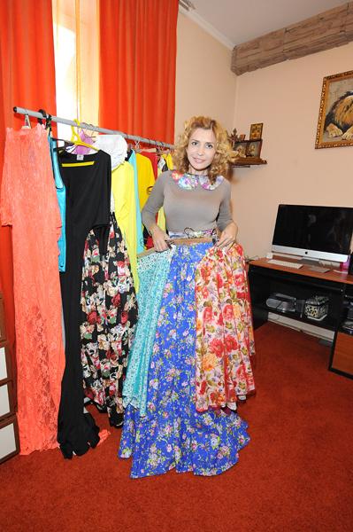 Кабинет в доме Агибаловой совмещен с гардеробной, в нем множество модных нарядов, украшений и рабочий стол с компьютером, с помощью которого Ирина Александровна ведет переговоры с партнерами