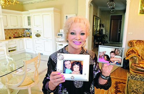 Певица с гордостью показывает фотографии внуков, семья - ее главная поддержка в трудные минуты