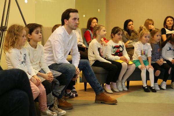 Эмиль внимательно слушал песни в исполнении детей