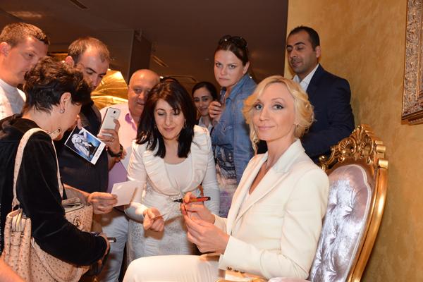 Кристина приняла участие в автограф-сессии