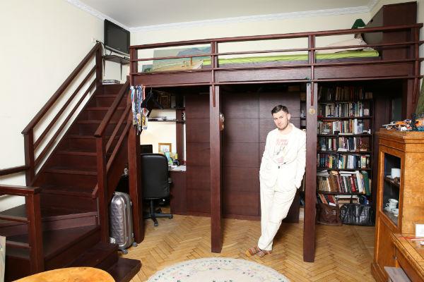 Писать романы и рассказы Дмитрий предпочитает за столом в гостиной. «Я завариваю себе зеленый чай и просиживаю за ноутбуком ночи напролет», - говорит писатель