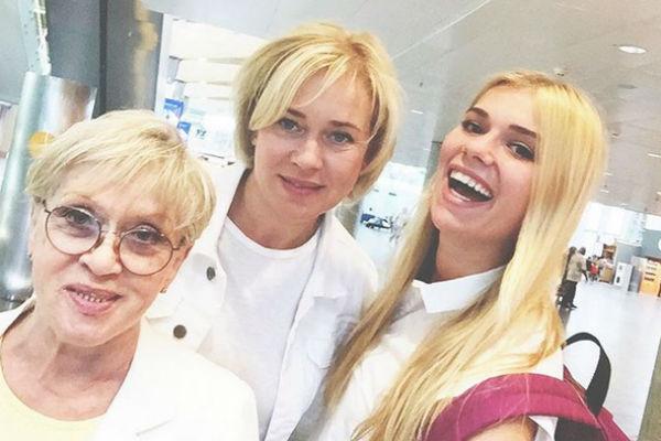 Алиса Фрейндлих путешествует с дочкой и внучкой