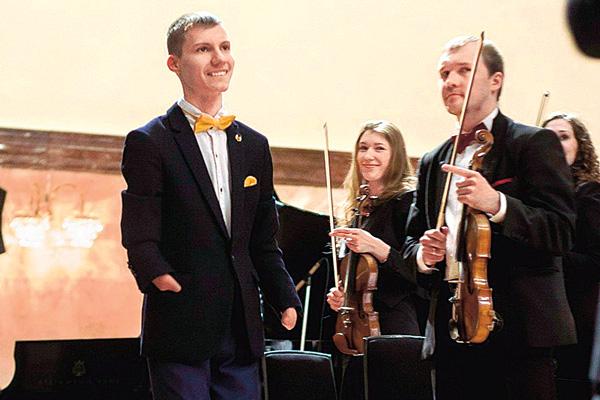 На сцену концертного зала Романов вышел в школьном костюме