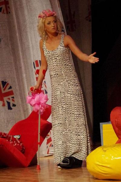 «Шикарной свадьбе» месяц Оля выходила на сцену с палочкой. Благовещенск. 2011 год
