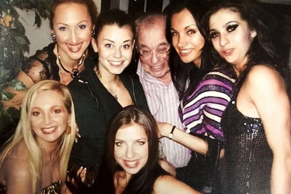 Мэтра всегда окружают молодые актрисы