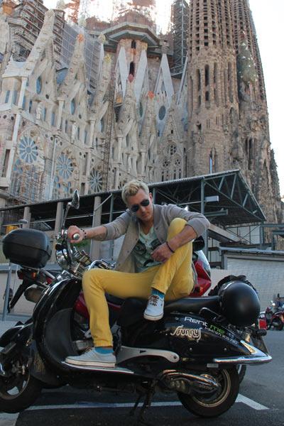 Певец с друзьями побывал в Барселоне