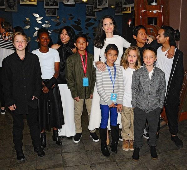 Анджелина Джоли с детьми и командой ее фильма «Сначала они убили моего отца» 3 сентября 2017 года на кинофестивале в Колорадо