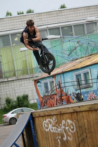 Роман Страхов выполняет трюк на велосипеде
