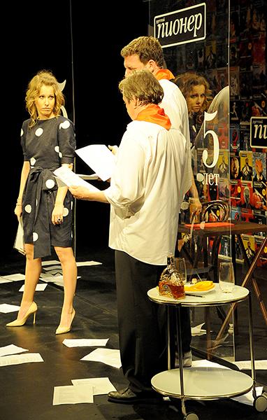 На сцене вместе с мужем Собчак появилась на пару минут в роли самой себя