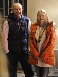 Супруг Акиньшиной приехал в разгар съемок и старался не отвлекать жену. Но Оксана выбегала к нему при любой возможности
